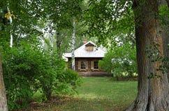 Houten beheerdershuis in Lermontov-landgoed Stock Afbeeldingen