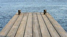 Houten bevloering van planken, waterachtergrond, pijler op zonnige dag, stock footage