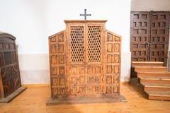 Houten biecht binnenkerk stock afbeelding