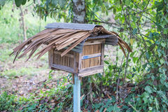 Houten bijenhuis in de tuin Royalty-vrije Stock Afbeeldingen