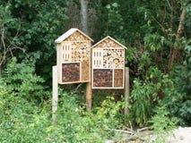 Houten bijenhuis in het hout stock afbeelding