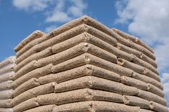 Houten biomassa in zakken royalty-vrije stock afbeeldingen