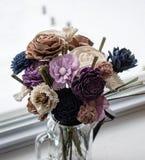 Houten Bloemen in Glaskruik royalty-vrije stock fotografie