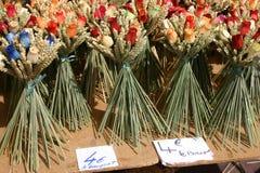 Houten bloemen op een Franse wegmarkt stock afbeelding