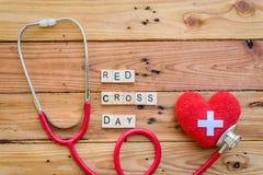Houten Blok voor Wereldrood kruis en Rode Toenemende dag, 8 Mei De dag van de Heorldgezondheid, Gezondheidszorg en medisch concep stock fotografie