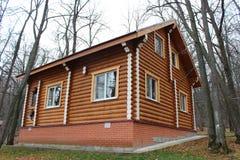Houten blokhuis in het kampeerterrein Stock Foto's