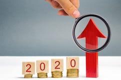 Houten blokken 2020 en rode pijl omhoog Concept zaken en financi?n planning Het investeren in de toekomst Actieplan investering stock afbeelding