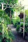Houten boog met weelderige tuin stock fotografie