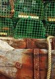 Houten boomstammen ondersteunend visserijvallen Stock Afbeeldingen