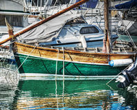Houten boot in Alghero-haven in hdr stock foto
