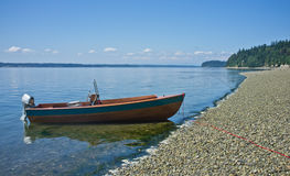 Houten boot bij kustlijn stock afbeeldingen