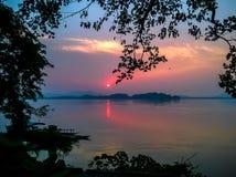 Houten boot in brahmaputra en zonsondergangguwahati assam toerisme royalty-vrije stock foto's
