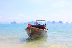 Houten boot die bij de ondiepe baai van Koh Yao Noi, Thailand verankert royalty-vrije stock foto's