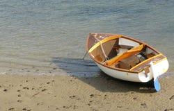 Houten boot die op strand wordt vastgelegd Royalty-vrije Stock Foto's