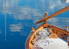 Houten boot door het dok royalty-vrije stock afbeeldingen