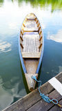 Houten boot in het meer Stock Afbeeldingen