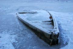 Houten boot in het rivierijs Royalty-vrije Stock Foto's