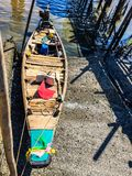 Houten boot at low tide royalty-vrije stock afbeelding