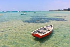 Houten boot in ondiep water stock foto's