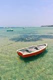 Houten boot in ondiep water stock afbeeldingen