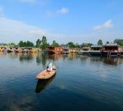 Houten boot op Dal Lake door boot in Srinagar, India royalty-vrije stock afbeeldingen