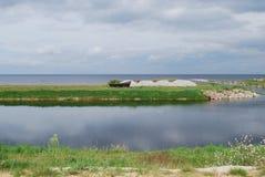 Houten boot op de het meerkust van Meerpeipsi Chudskoe, bewolking stock foto's