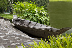 Houten boot op de kust Stock Afbeelding