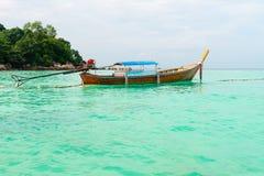 Houten boot op het duidelijke turkooise zeewater stock fotografie