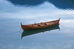 Houten boot op het meer stock afbeeldingen