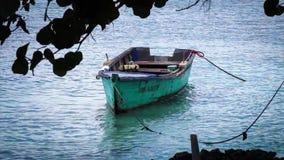 Houten boot op het strand stock footage