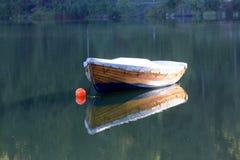 Houten boot op meer royalty-vrije stock fotografie