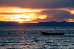 Houten boot op meer Baikal bij zonsondergang royalty-vrije stock afbeeldingen