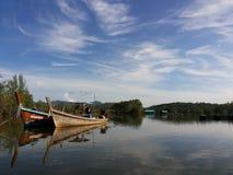 Houten Boot op meer met blauwe hemel Royalty-vrije Stock Afbeeldingen