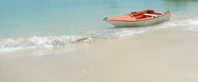 Houten boot op mooi strand stock foto's