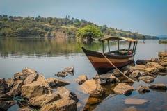 Houten boot op Nile River stock afbeelding