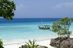 Houten boot op turkoois water in Zanzibar royalty-vrije stock afbeeldingen