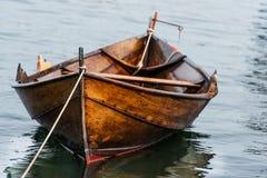 Houten boot op water stock afbeeldingen