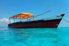 Houten boot op water Stock Foto's