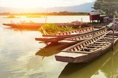 Houten bootvlotter in reservoir met zonlicht, berg stock afbeeldingen