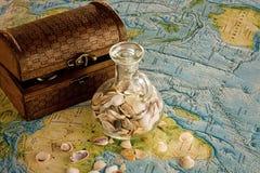 Houten borst met kruik en overzeese shells Royalty-vrije Stock Afbeeldingen