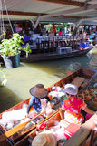Houten boten bezige ferrying mensen bij FL Talingchan Stock Foto