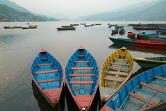 Houten boten op het meer Stock Afbeelding