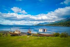 Houten boten op kust stock afbeeldingen