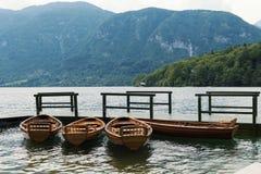 Houten boten op vastgelegd op een houten mening van de pijler Mooie berg royalty-vrije stock afbeelding