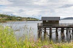 Houten botenhuis op een fjord op Lofoten, Nordland, Noorwegen royalty-vrije stock foto's