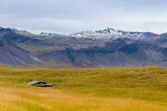 Houten bouw voor het drogen van vissen in IJsland stock afbeelding