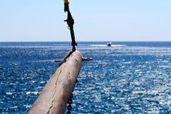 Houten bowstrip van schip leidt aan de een andere boot stock foto's