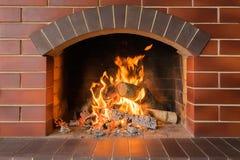 Houten brandende open haard in een heldere brand stock afbeeldingen