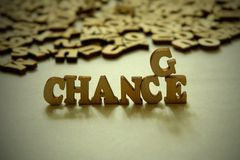Houten brieven op een witte achtergrond De vervanging van één karakter verandert de betekenis van de woordkans TE VERANDEREN Stock Foto's