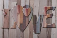 Houten brievenliefde met harten Stock Foto